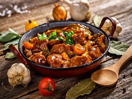 Бавно печен телешки джолан без кост със зеленчуци на фурна - снимка на рецептата